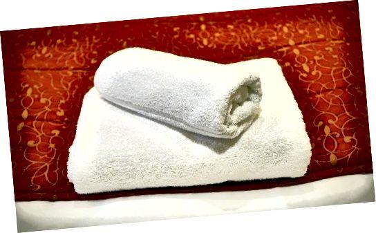 Gunakan handuk putih bersih untuk membersihkan suede.