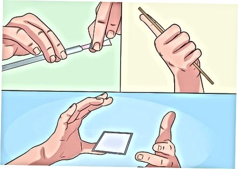 கார்டை லெவிட் செய்ய விரல்கள் அல்லது நிலையானவற்றைப் பயன்படுத்துதல்
