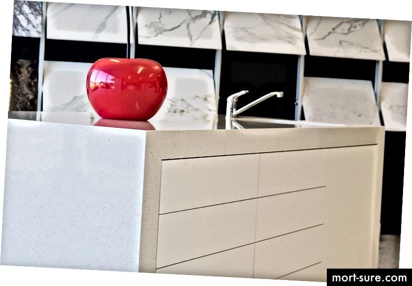 SteedForm-in salonunda Laminex tərəfindən Essastondan hazırlanmış mitred ada tezgahı.