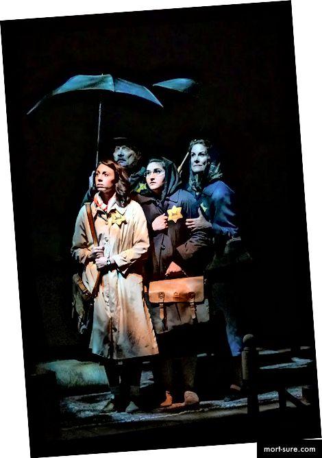 Monique Hafen Adams, Victor Talmadge, Maya Michal Sherer ir Marcia Pizzo scenoje iš Anos Frankos dienoraščio (nuotrauka: Mellophoto.com)