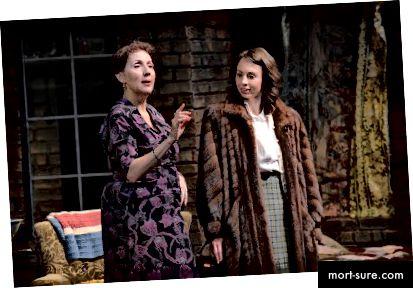 Dominique Lozano (proua Van Daan) ja Monique Hafen Adams (Anne) stseenis Anne Franki päevikust (Foto: Mellophoto.com)