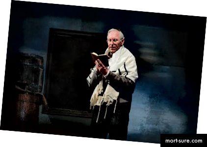 Michaelas Patrickas Gaffney kaip ponas Dusselis scenoje nuo Anos Frankos dienoraštis (nuotr. Autorius: Mellophoto.com)