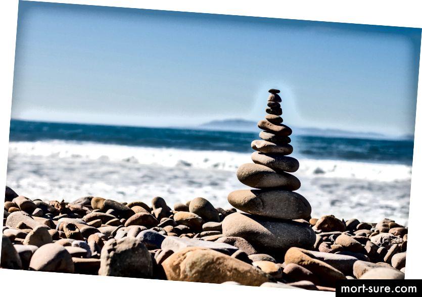 "Jeremy Thomase ""Kivikihi tasakaalustamine kivisillaga Ventura kivisel rannal"" Unsplashil"