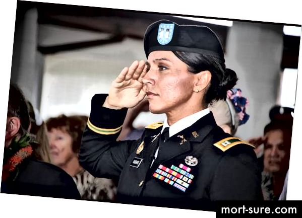 Настоящ майор в Националната гвардия на Хавайската армия, Габард за първи път е записан през 2003 г.