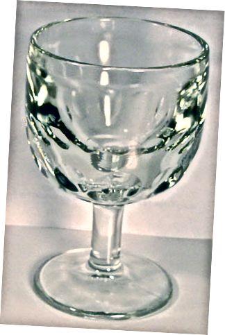 Galvenā atšķirība - kauss vs vīna glāze