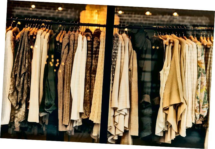 الفرق الرئيسي - الملابس مقابل الملابس
