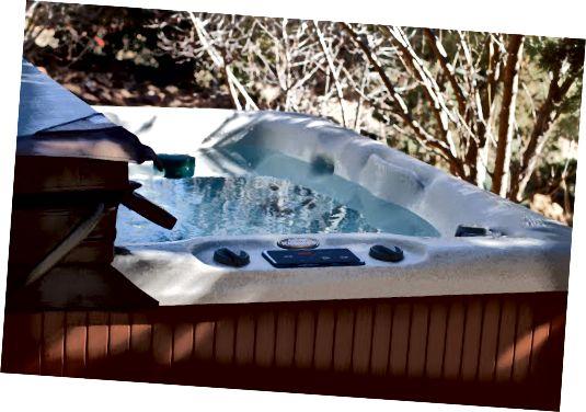 Pagkakaiba sa pagitan ng Hot Tub at Jacuzzi