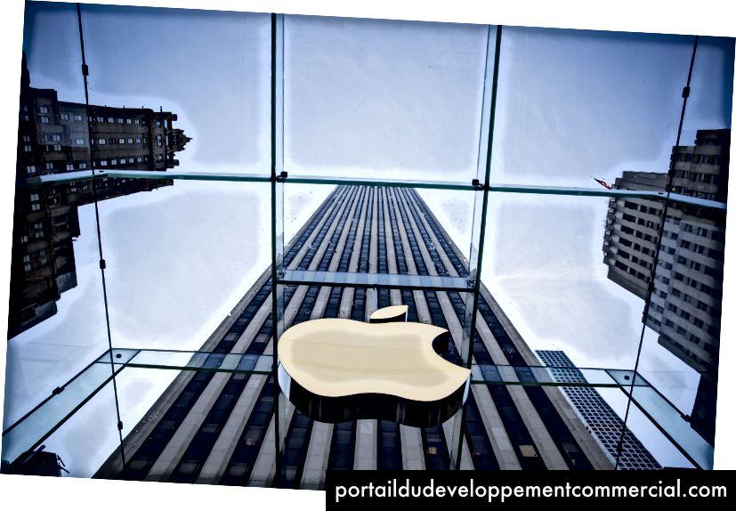 Le logo Apple est affiché sur l'Apple Store le 17 juin 2015 sur la cinquième avenue à New York. La société a commencé à vendre la montre dans les magasins mercredi avec son service de réserve et de retrait - Eric Thayer / Getty Images