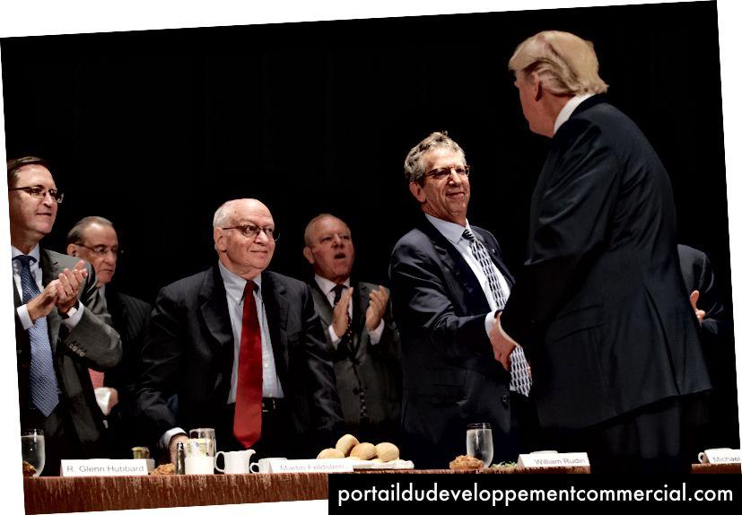 Les économistes, de gauche à droite, R. Glenn Hubbard, à gauche, Martin Feldstein et William Rudin, saluent alors le candidat républicain à la présidence, Donald Trump, lors de son discours devant l'Economic Club de New York, le jeudi 15 septembre 2016 à New York. . (Photo AP / Evan Vucci)