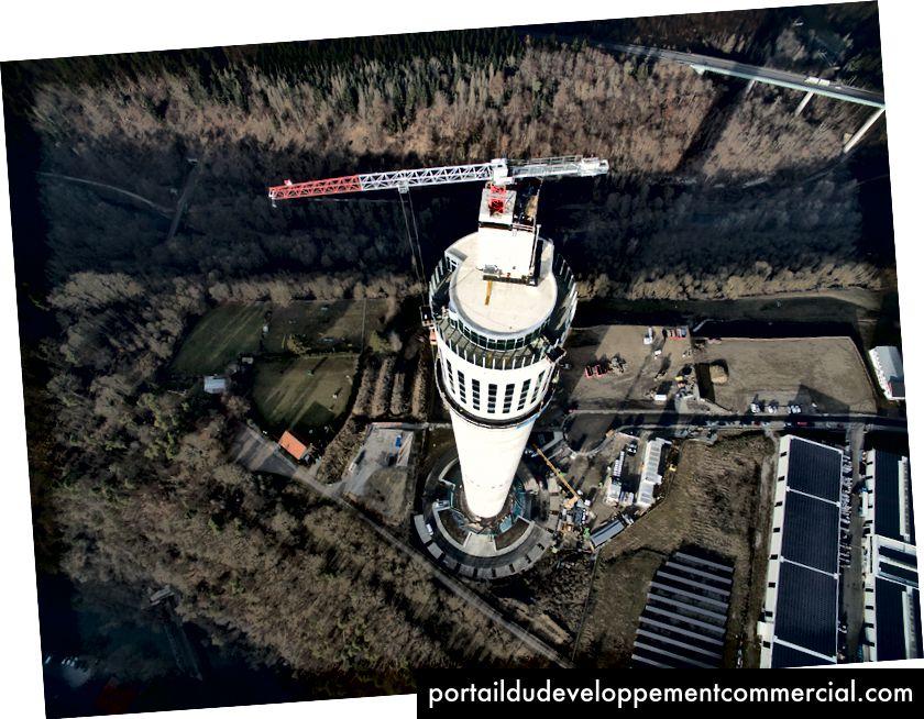Vue aérienne de la nouvelle tour d'essais d'ascenseurs de l'ascenseur Thyssenkrupp le 20 décembre 2016 à Rottweil, en Allemagne. La tour, d'une hauteur de 246 mètres, comprend 12 puits pour tester les ascenseurs et leurs composants, et peut tester des ascenseurs à une vitesse pouvant atteindre 18 mètres par seconde - Thomas Lohnes / Getty Images