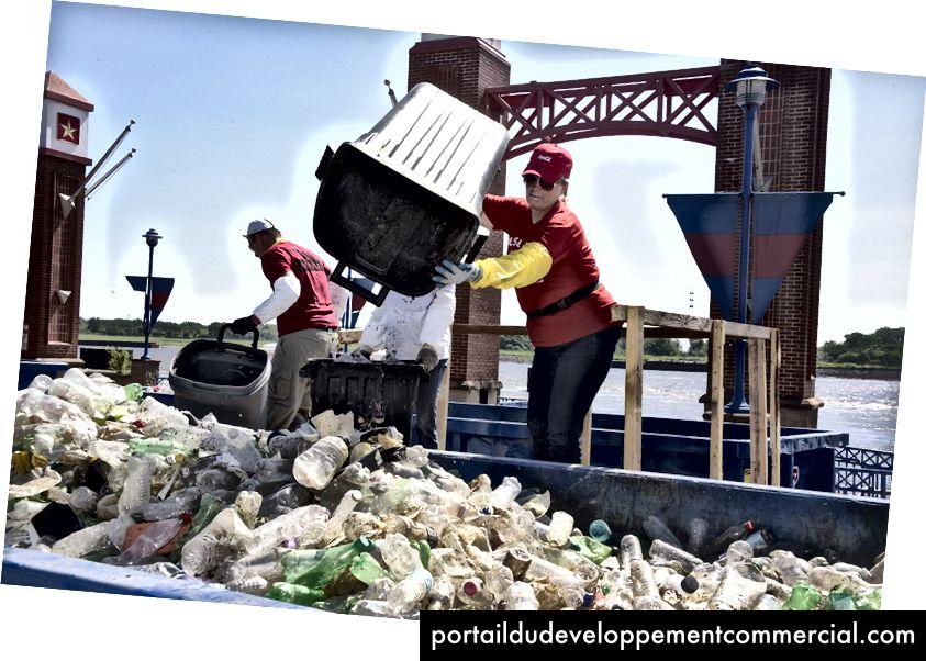 Des associés de Coca-Cola ramassent des débris dans le Mississippi, près de St. Louis, dans le Missouri.