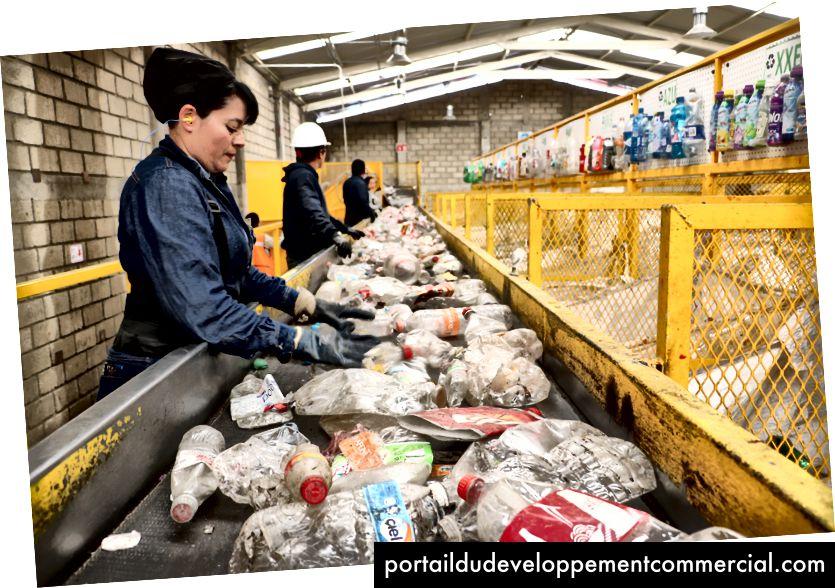 मेक्सिको सिटी के बाहर पेटस्टार सुविधा में रीसाइक्लिंग के लिए अलग किए जा रहे पीईटी प्लास्टिक।