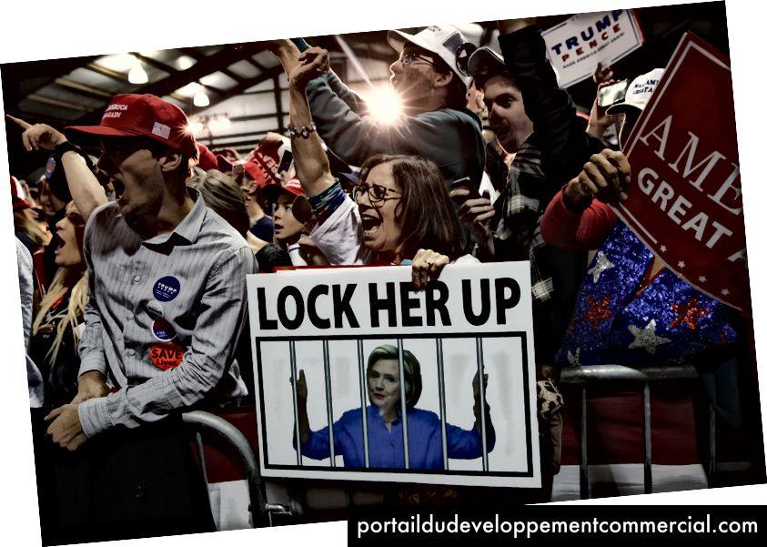 Pristalice Donalda Trumpa, na kojem je jedan znak koji glasi