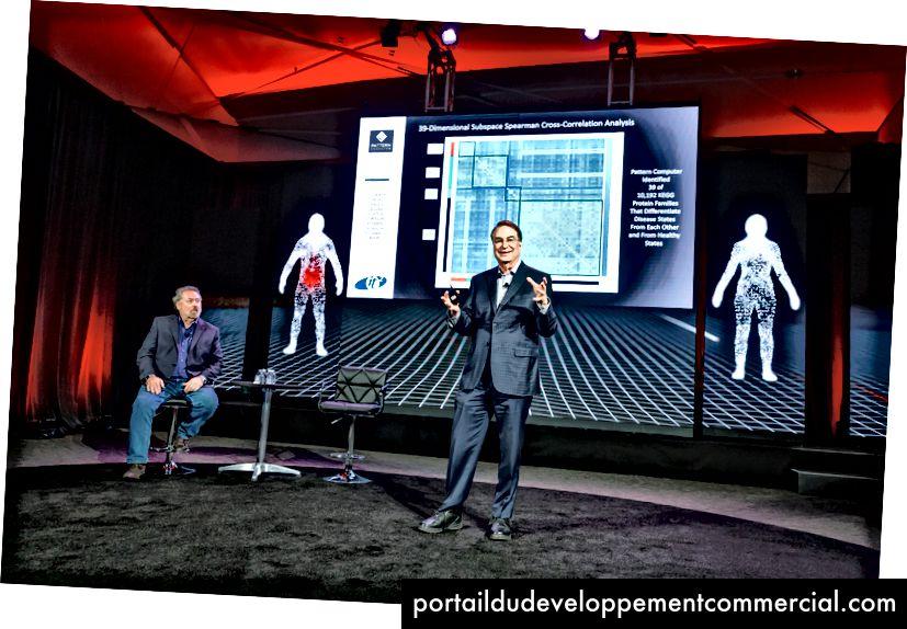 मार्क एंडरसन, बाईं ओर, स्मर्ट के साथ पैटर्न कंप्यूटर लॉन्च पर।