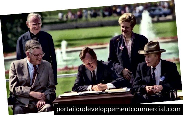 राष्ट्रपति जॉर्ज एच.डब्ल्यू। बुश ने 26 जुलाई, 1990 (व्हाइट हाउस साउथ लॉन) में एडीए के कानून पर हस्ताक्षर किए।