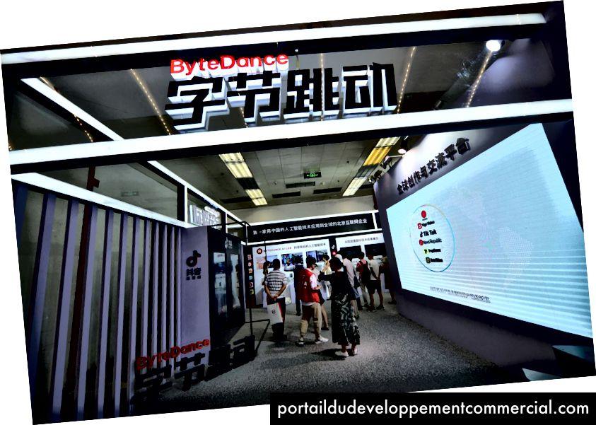 Les consommateurs se rendent sur le stand de Bytedance Technology, qui possède l'application d'agrégation de nouvelles Jinri Toutiao et la courte application vidéo Tik Tok, à la China International Software Expo de juin à Beijing. PHOTO: CHINA STRINGER NETWORK / REUTERS