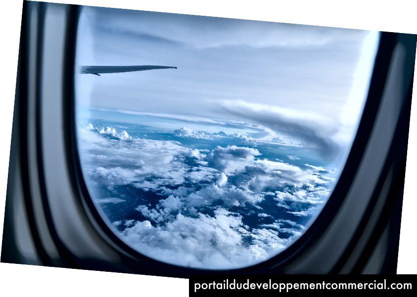 """""""Bijeli oblaci tijekom dana kroz prozirno staklo"""" Paola Nicolella na Unsplash-u"""