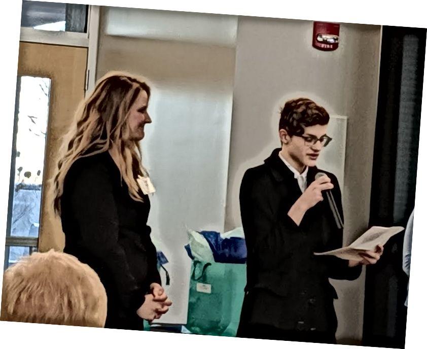 授賞式中の学生オースティンラウシュとウィルキンス、