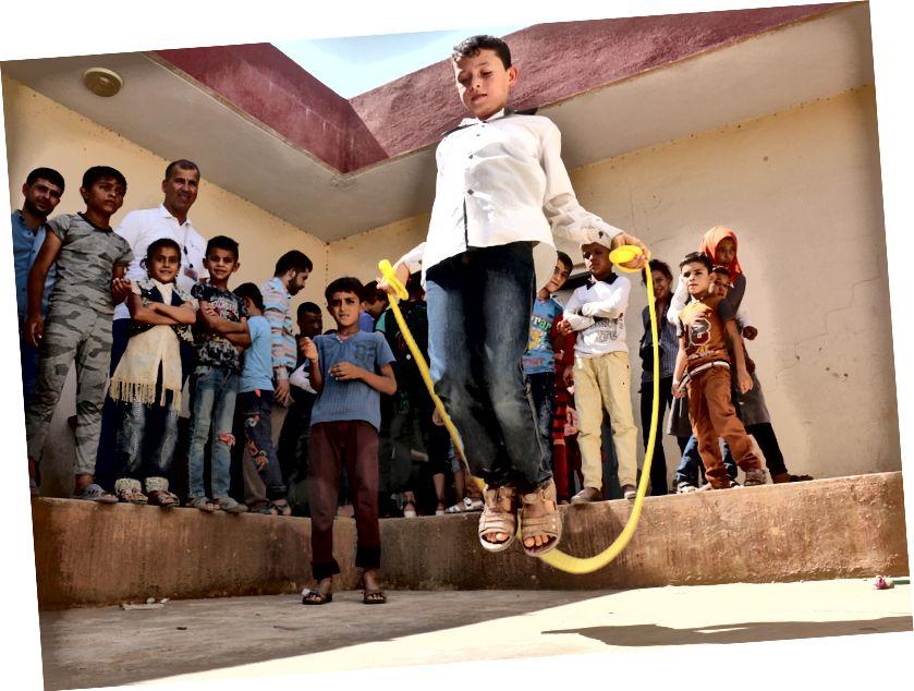 People in Need und IHF beteiligen sich jetzt gemeinsam an einer Schulanfangskampagne, bei der Freizeitaktivitäten für Kinder und Nachholklassen gemeinsam organisiert werden, bevor das offizielle Schuljahr in der Schule in Bawiza beginnt. Foto: Petr Stefan, Menschen in Not