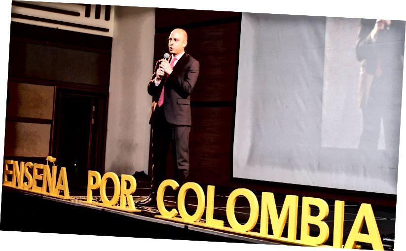 Jaramillo taler ved Enseñas alumni-induktionsceremoni.