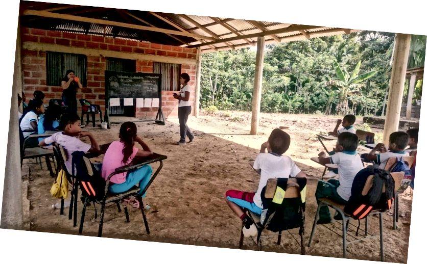En Enseña-lærer, der instruerer elever på en udeskole i Chocó, Colombia.