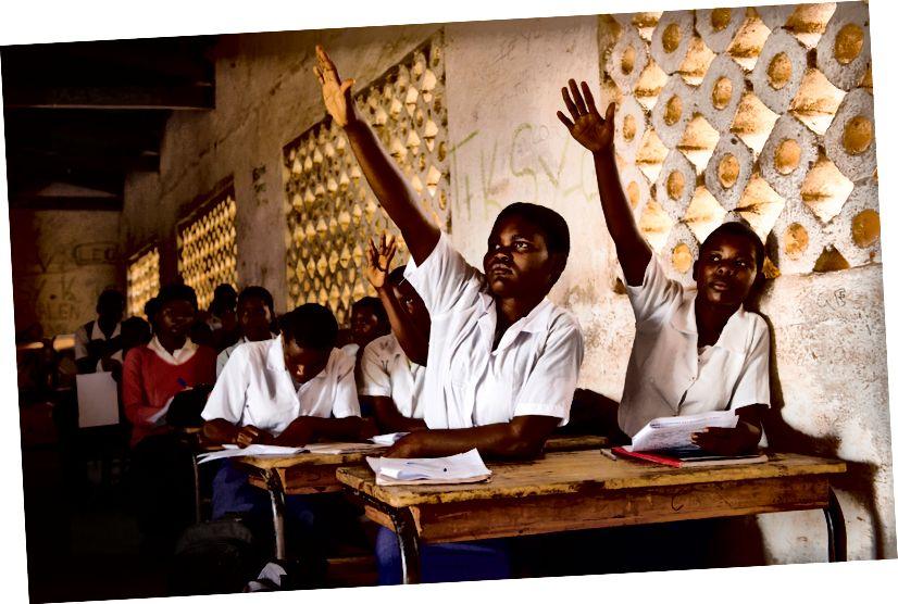 Elever på gymnasiet Steria og Alinafe, afbildet i klassen (Foto: Eliza Powell / Camfed)