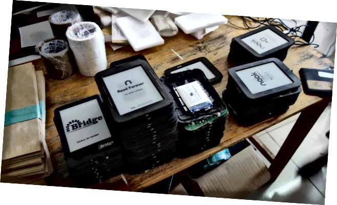 """У седишту """"Бридге"""" у кући Тулипана у Најробију, таблете за учитеље се поправљају и одржавају. (Тхомас Круцхем)"""