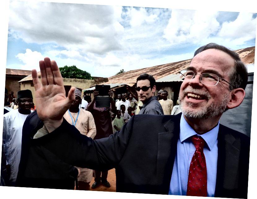 Der stellvertretende Missionschef der USA, David J. Young, winkt den Zuschauern zu, als er ein nicht formales Lernzentrum im nigerianischen Bundesstaat Sokoto verlässt