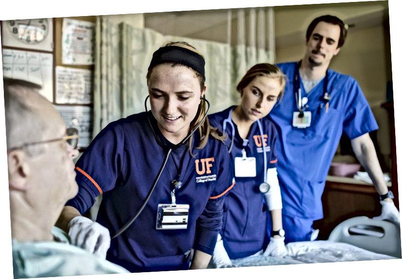 Studerende udfører praktiske simuleringer for at forberede dem til sygeplejeopgaver ude i marken.