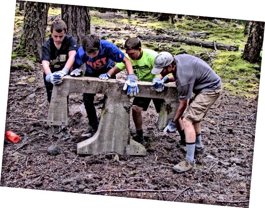 Волонтери младих раде заједно на уклањању остатака старих столова за пикник у националном парку Моунт Раиниер, САД. © Национални парк Моунт Раиниер / 2013 / под лиценцом ЦЦ БИ 2.0