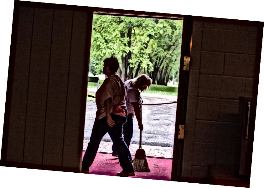 """""""Ацтион Хероес"""" који раде на чишћењу на фарми Ст. Јамес у 600 ари у Варренвилле-у, Илланоис, САД. © ЦОД Невсроом / 2014 / Лиценцирано под ЦЦ БИ 2.0"""