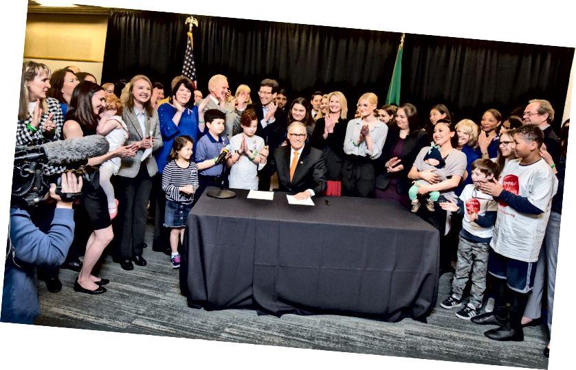 Gouverneur Jay Inslee unterzeichnet am 5. April 2019 im Fred Hutchinson Cancer Research Center in Seattle das Gesetz über Tabak. (Foto mit freundlicher Genehmigung der Legislative Support Services)