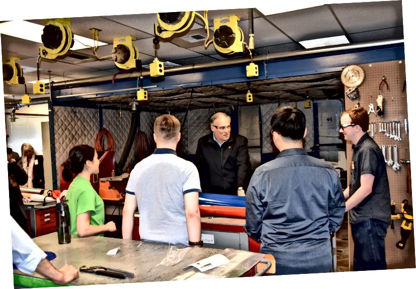 Gov. Jay Inslee besøger Engineering Technology-programmet ved Edmonds Community College den 22. marts, 2019. (Guvernørens kontor)