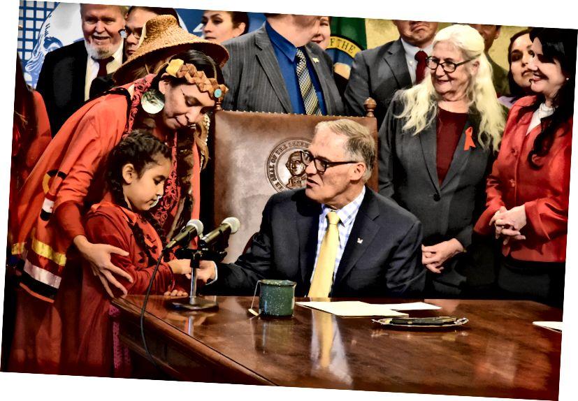 Gov. Jay Inslee underskriver lovgivning til yderligere undersøgelser af savnede og myrdede oprindelige kvinder den 24. april 2019. (Guvernørens kontor foto)