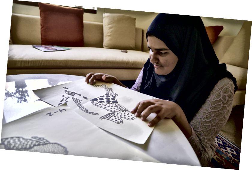Gumagamit si Maria ng mga mapa na naka-print na 3D na naka-print para sa kanyang kurso na 'Map of the Modern World'.