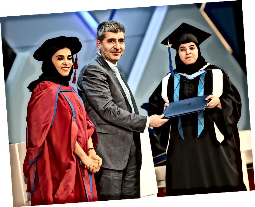 Abu-Sharida recibe su título en HBKU Graduation 2018.