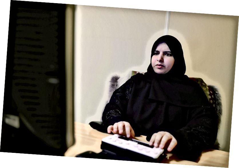 Abu-Sharida kasama ang kanyang braille notetaker na ginagamit niya para sa pagsulat ng mga script.