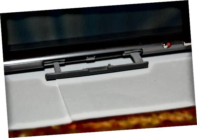 Acer Iconia A500 SD -korttipaikka auki