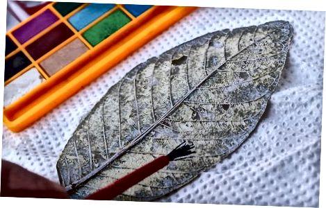 Оцветяване или избелване на листата