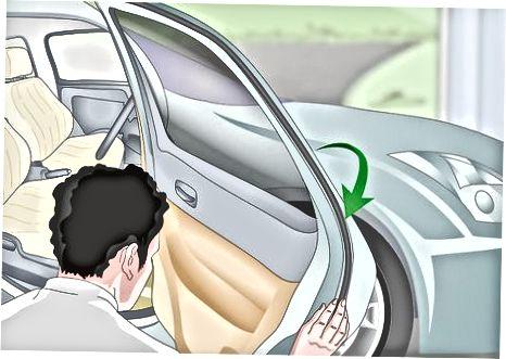 Եղանակի շեղումը դնելով մեքենայի դռան վրա