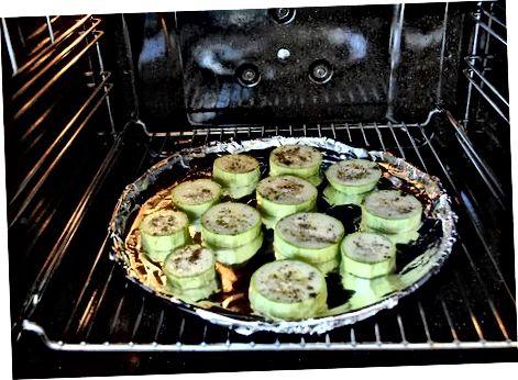 Приготвяне на хапки от пица от тиквички