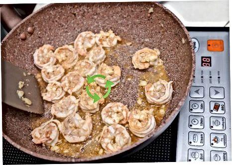 Приготвяне на сос и предварително пържене на скаридите