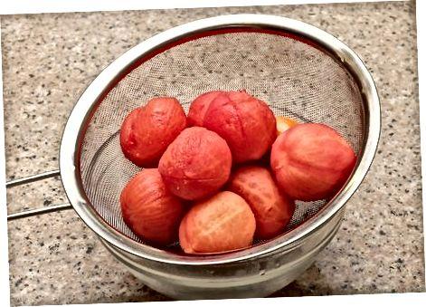 Прецеждане и добавяне на доматите