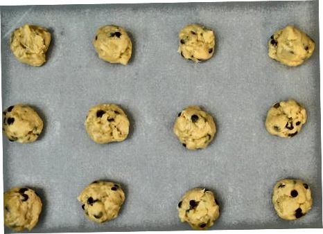 Разбиване на бисквитки от картофен чипс с шоколадов чипс