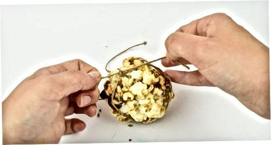 Охлаждане и оформяне на топките за пуканки
