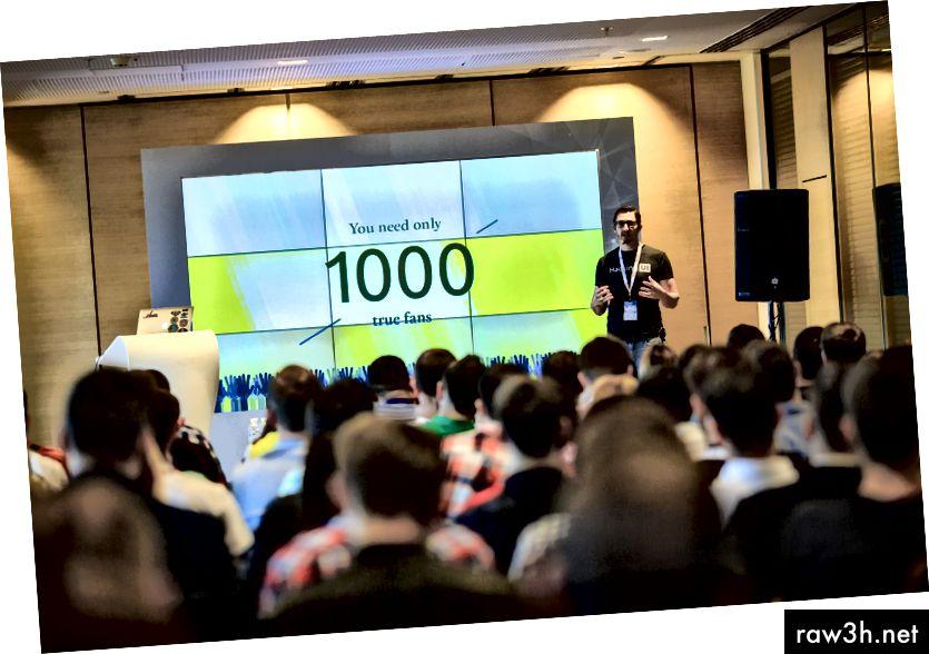 Да, това съм аз на сцената, след като бях поканен да говоря пред стотици хора на конференция в чужбина.