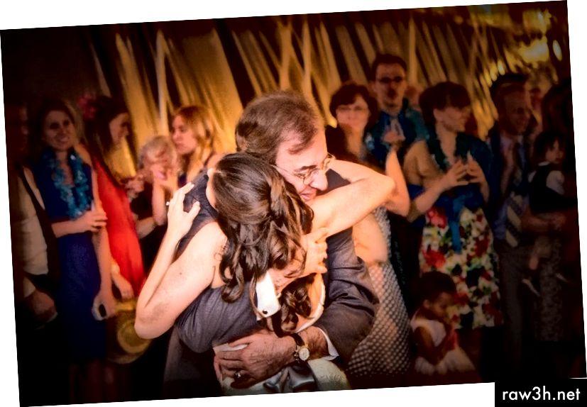 دانا ميش ترقص مع والدها في حفل زفافها. (كوري بورجمان التصوير)