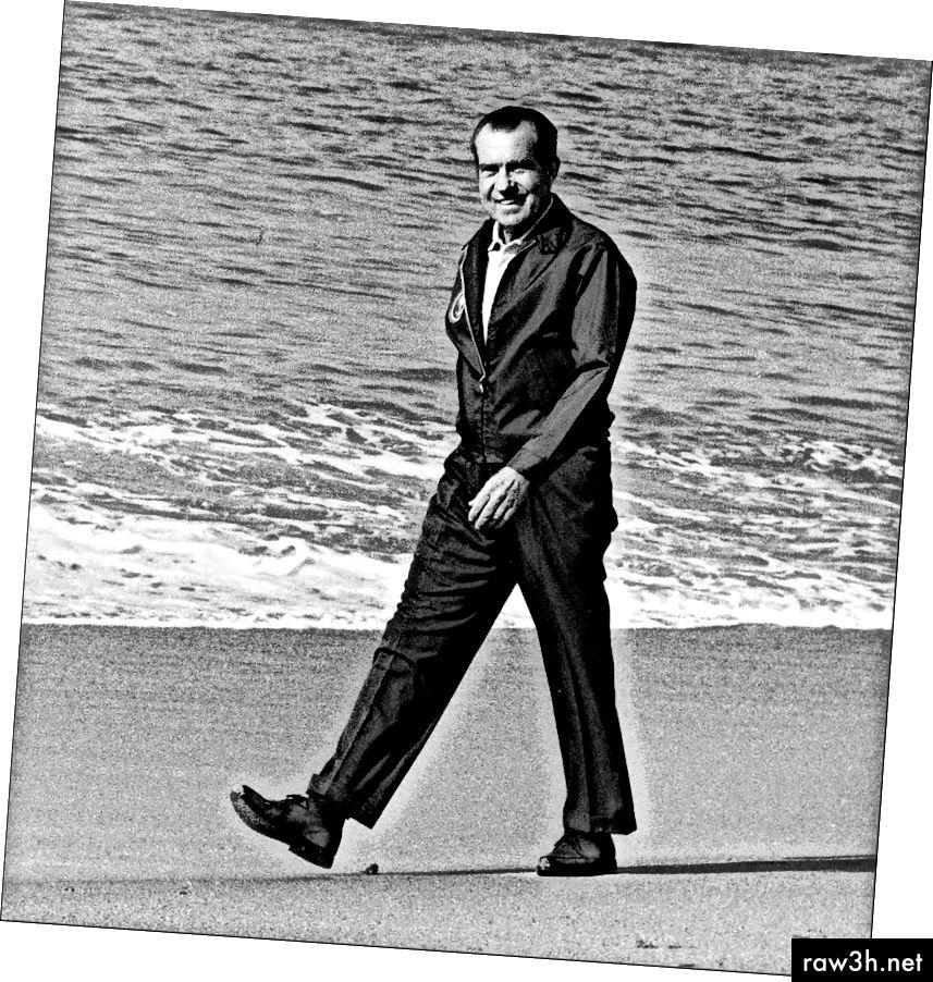 ريتشارد نيكسون على الشاطئ. في دعوى.