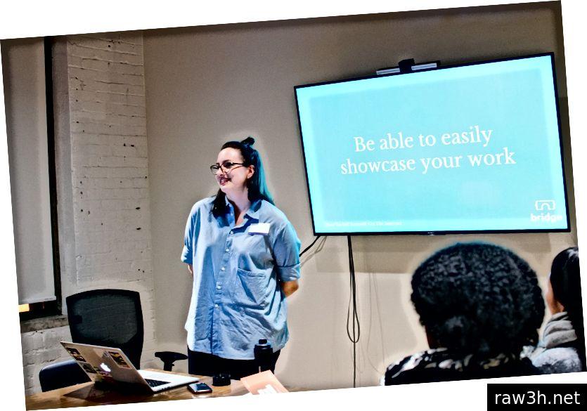 Lindsie Canton сподели съвети за онлайн присъствие и насърчи присъстващите да създават и споделят свои собствени асансьорни терени на място. Снимка на Шиера Ариев.