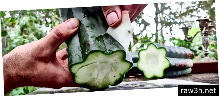 अर्धपारदर्शक त्वचा बहुतेकदा हाताने काढली जाऊ शकते आणि खाली ओलसर, गडद हिरव्या लगद्याचा एक थर प्रकट करते. आपल्याला हा भाग काढायचा आहे.